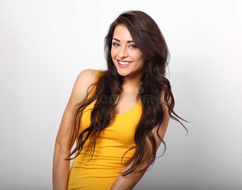 Mooie positieve gelukkige vrouw in geel overhemd en lang haar ook royalty-vrije stock foto