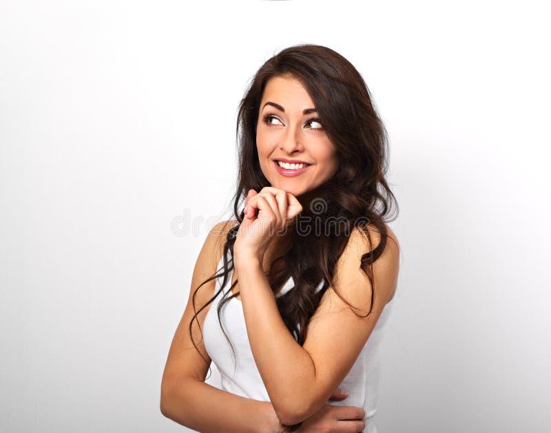 Mooie positieve jonge gelukkige toevallige vrouw met vinger onder Th stock fotografie
