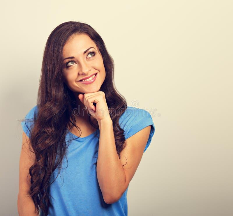 Mooie positieve jonge gelukkige vrouw met hand onder gezichtsth royalty-vrije stock foto's