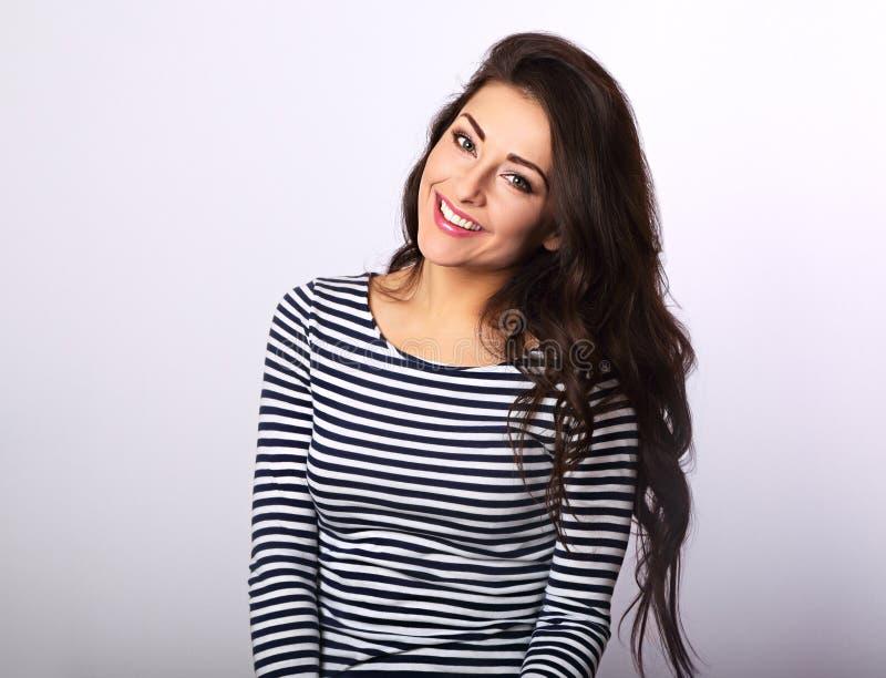 Mooie positieve vrouw in gestript toevallig overhemd met lang haar royalty-vrije stock foto's