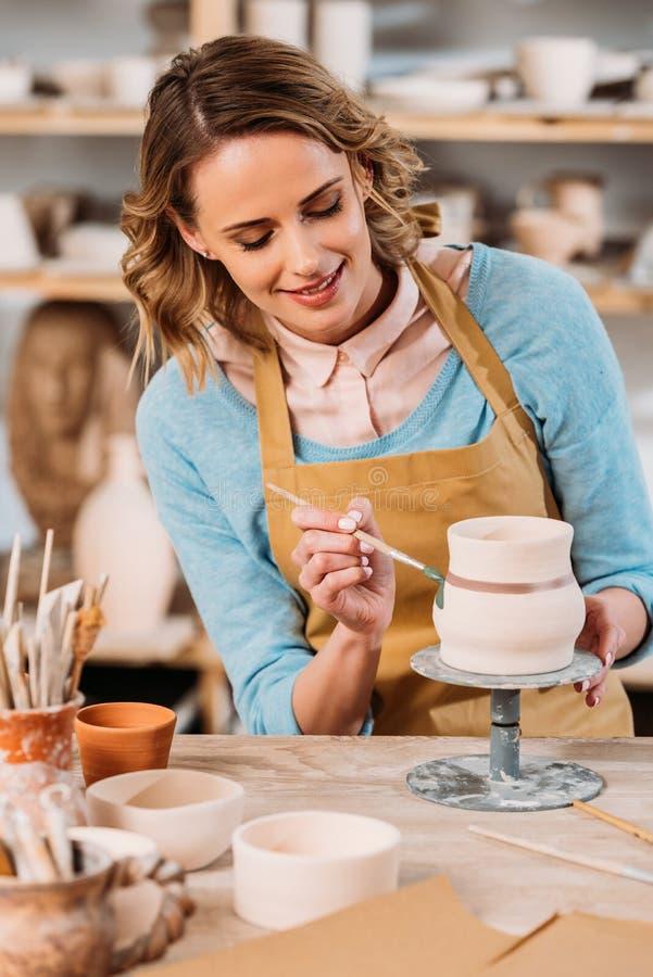 mooie pottenbakker die ceramische kruik schilderen stock afbeelding