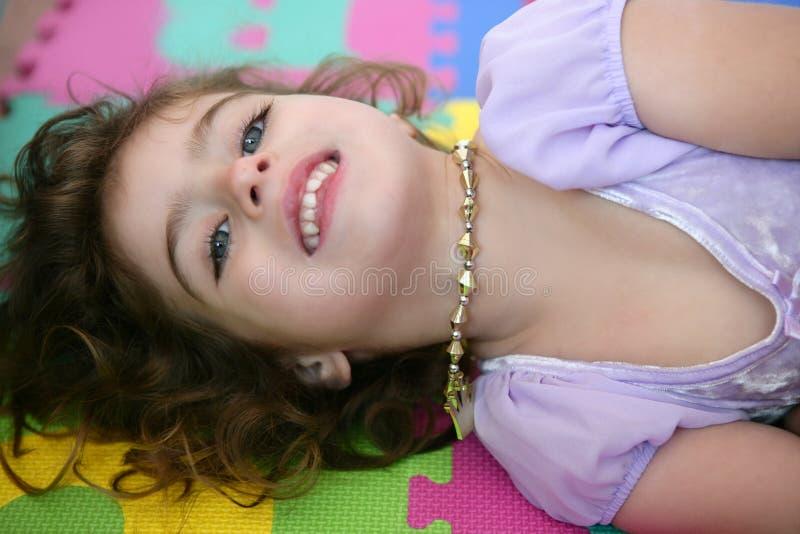 Mooie prinsesmeisje het glimlachen het liggen vloer royalty-vrije stock foto
