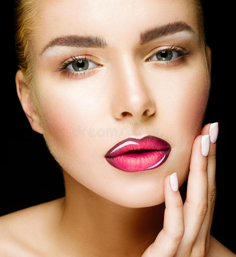 Mooie professionele make-up De roze Lippen en de Rokerige Ogen maken omhoog royalty-vrije stock afbeelding