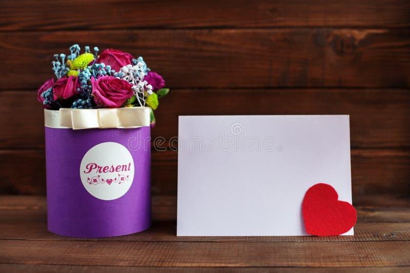 Download Mooie Purpere Bloemen In Een Doos Op Een Houten Achtergrond Concep Stock Foto - Afbeelding bestaande uit document, gelukwensen: 107704830