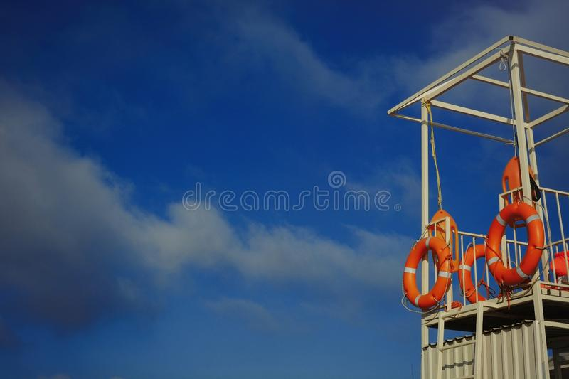 Mooie reddingspost op het overzees, veel ruimte voor tekst op de hemelachtergrond stock foto's