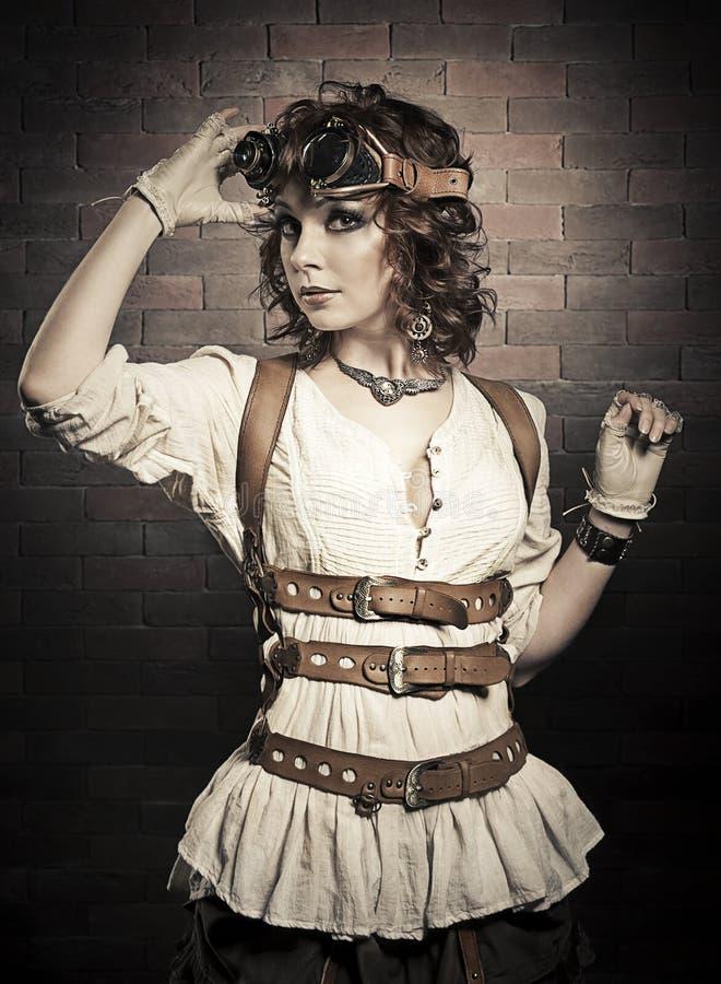 Mooie redhairvrouw met steampunkbeschermende brillen Ouderwets stock afbeeldingen