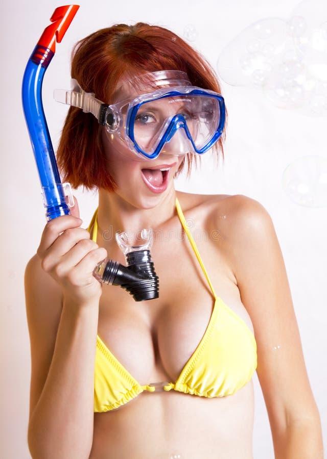 Mooie redhead vrouw die in toestel snorkelt stock afbeelding