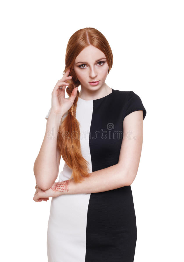Mooie redhead vrouw in zwart-witte kleding stock foto