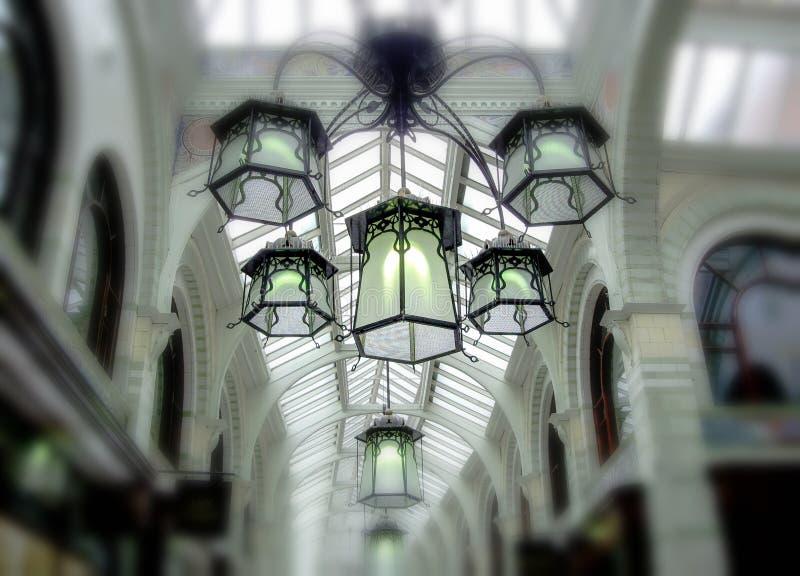 Mooie reeks retro lampen in winkelcomplex stock afbeeldingen