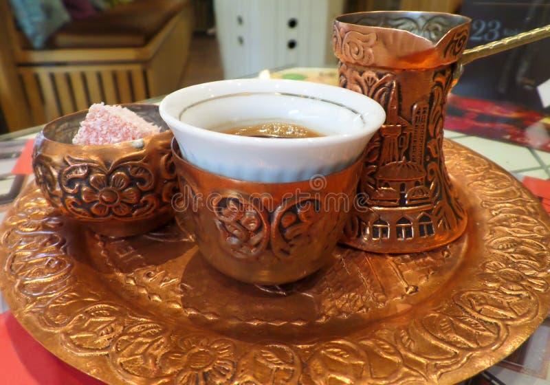Mooie Reeks van Hete Bosnische Koffie met een Lange Hals Kleine Pot of een Dzezva en Sommige Snoepjes stock afbeelding