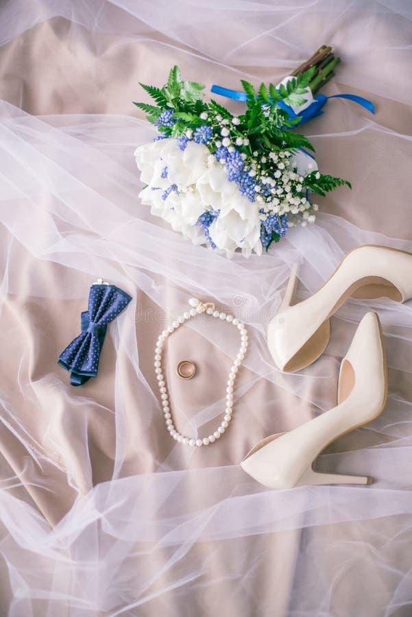 Mooie reeks vrouwen ` s en toebehoren van het bruidegom` s huwelijk Bruid` s ochtend Bruid` s boeket van witte tulpen en blauwe b stock fotografie