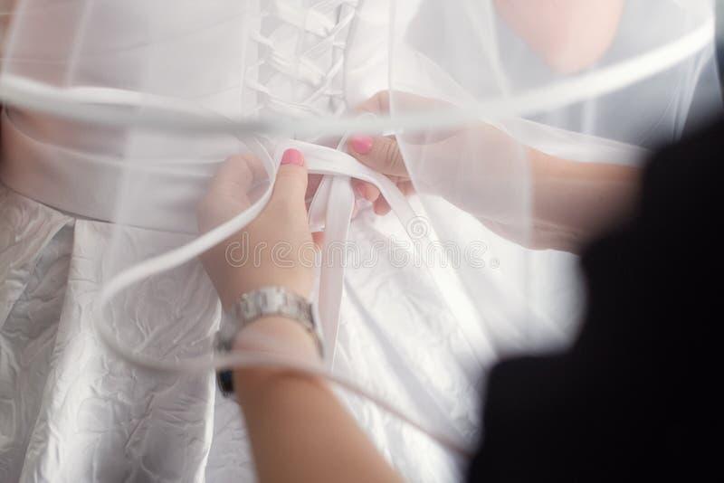 Mooie reeks vrouwen ` s en toebehoren van het bruidegom` s huwelijk Bruid` s ochtend Bruid` s boeket van witte tulpen en blauwe b royalty-vrije stock foto