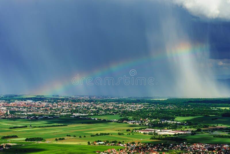 Mooie regenboog met regenachtige wolken, kleurrijke de zomermening royalty-vrije stock fotografie