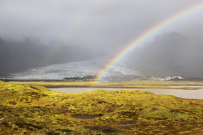Mooie regenboog over de gletsjer Vatnajokull in IJsland royalty-vrije stock foto