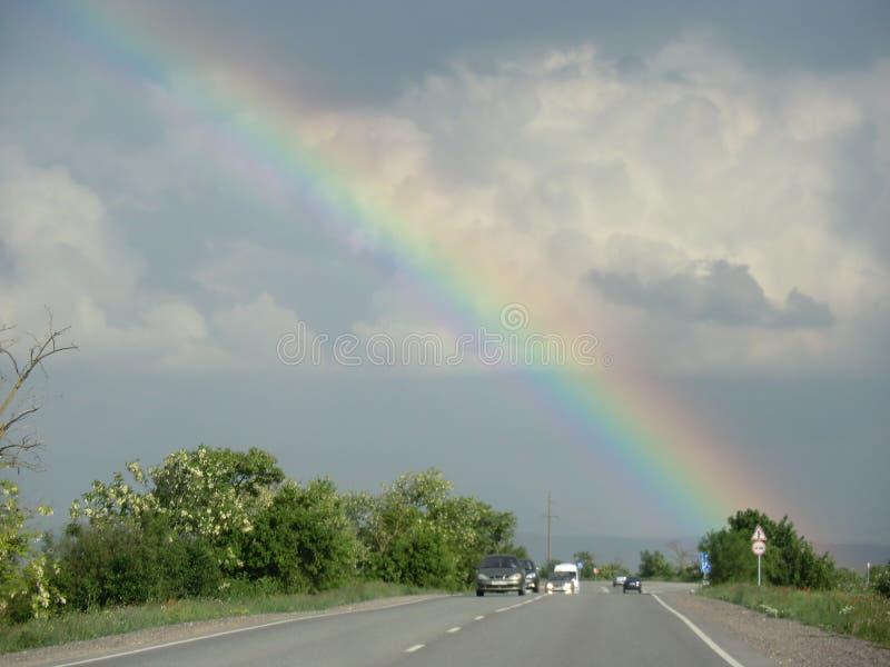 mooie regenboog over de weg royalty-vrije stock fotografie