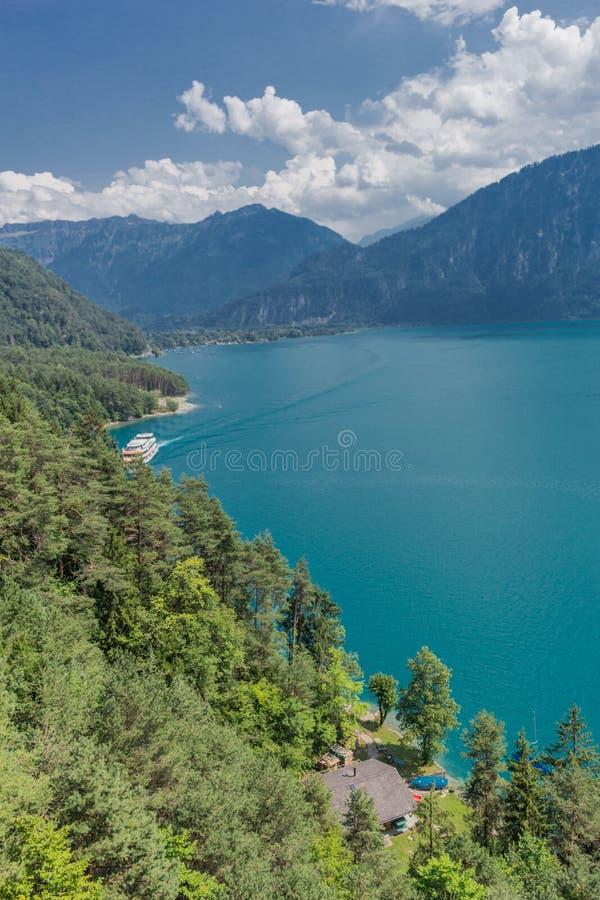 Mooie reis door de bergen in Zwitserland - Thun-meer/Zwitserland stock foto