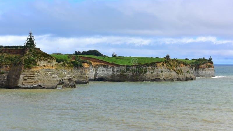 Mooie rek van Witte Klippen langs de Bocht van het Noordentaranaki in Nieuw Zeeland stock foto