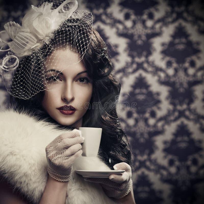 Mooie retro dame het drinken koffie stock foto's