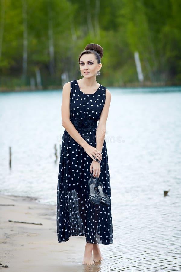 Mooie retro vrouw in uitstekende kleren bij het meer royalty-vrije stock foto's