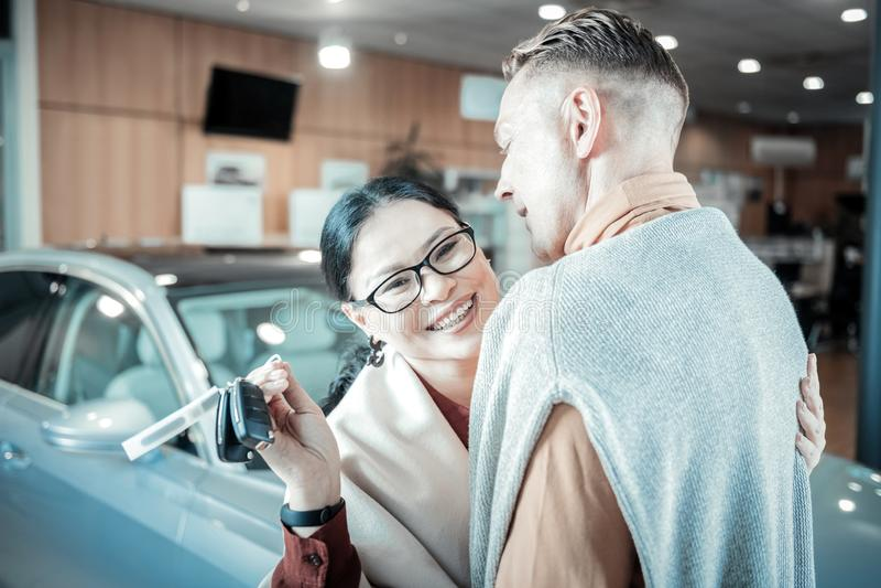 Mooie rijpe vrouw die uiterst vrolijk na het ontvangen van auto voelen royalty-vrije stock afbeeldingen