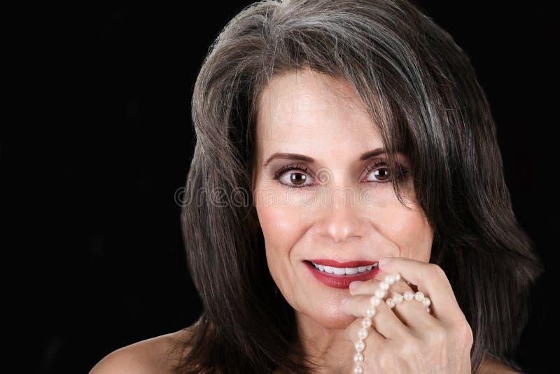 Mooie Rijpe Vrouw met Parels stock foto's