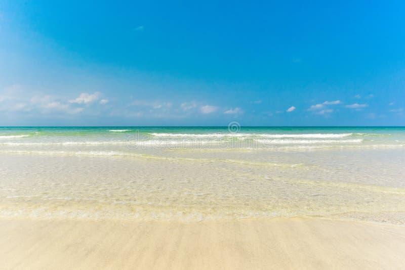 Mooie rimpelingsgolf bij het exotische strand royalty-vrije stock afbeelding