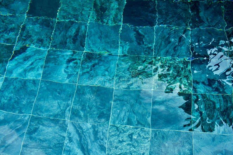 Mooie rimpelingsgolf en blauwe waterspiegel in zwembad, B stock foto