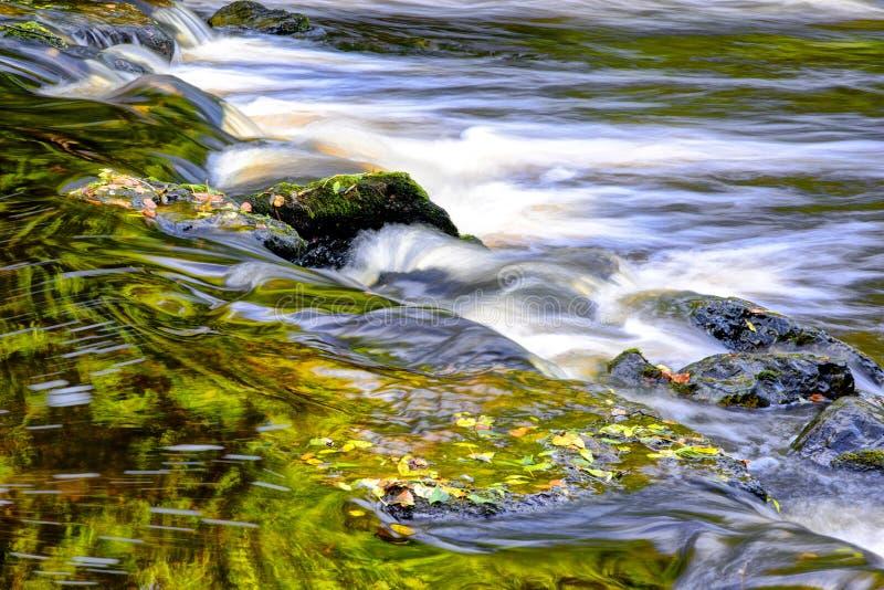 Mooie rivierstroom en stenen royalty-vrije stock foto
