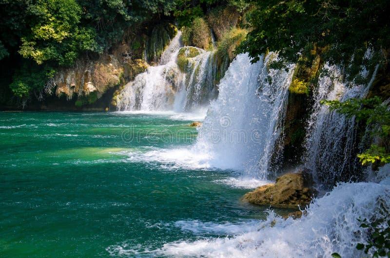 Mooie rivierwatervallen onder groene installaties, bomen en bossen in het Nationale Park van Krka, Dalmatië, Kroatië, Europa stock afbeeldingen