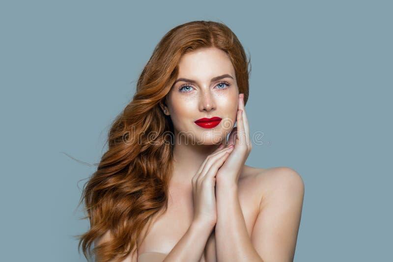 Mooie rode haarvrouw Authentiek roodharigemeisje met krullend kapsel royalty-vrije stock afbeeldingen