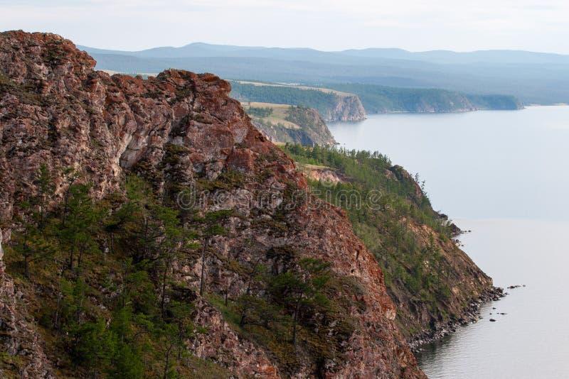 Mooie rode rotsen op de kust van Meer Baikal op Olkhon-Eiland royalty-vrije stock afbeelding