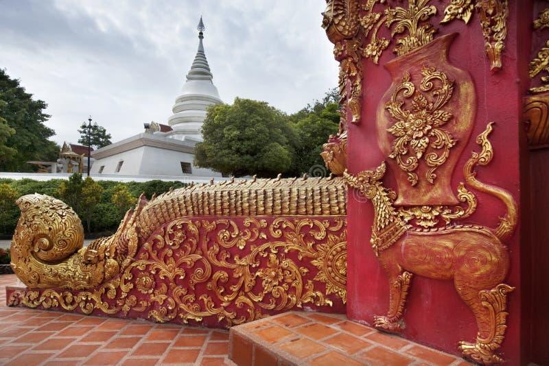 Mooie rode snijdende deur van grote tempel royalty-vrije stock foto's