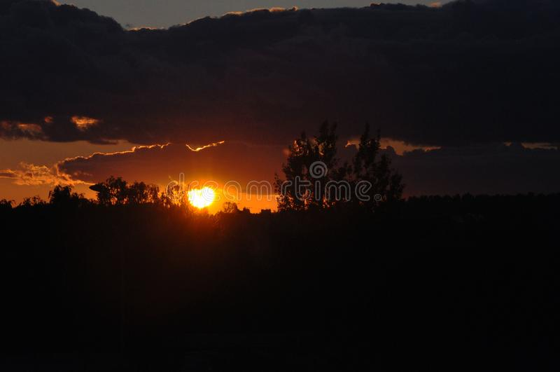 Mooie rode zon bij zonsondergang Rode zonsonderganghemel royalty-vrije stock fotografie