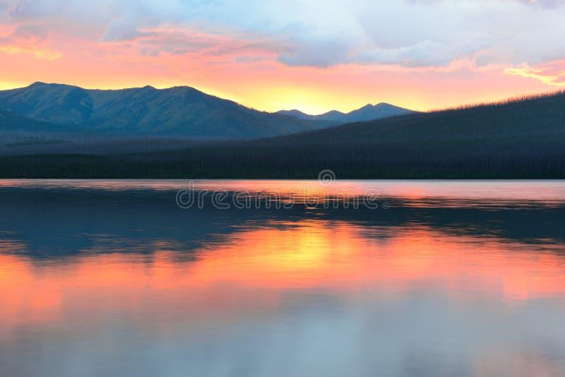 Mooie rode zonsondergang in het de Bergen en McDonald-meer in Gletsjer Nationaal Park stock fotografie