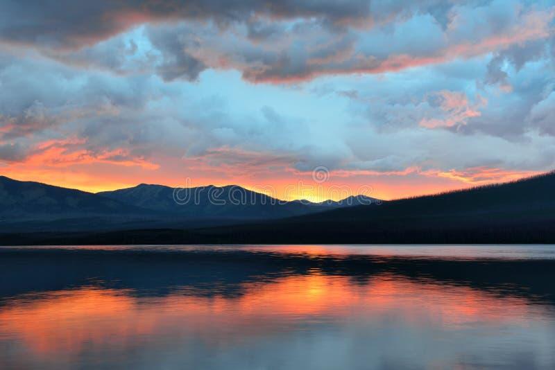 Mooie rode zonsondergang in het de Bergen en McDonald-meer in Gletsjer Nationaal Park royalty-vrije stock fotografie