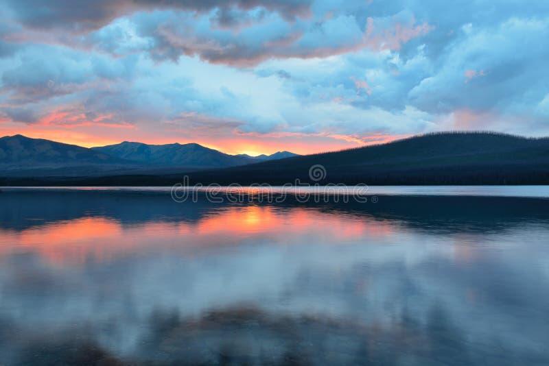 Mooie rode zonsondergang in het de Bergen en McDonald-meer in Gletsjer Nationaal Park royalty-vrije stock foto's