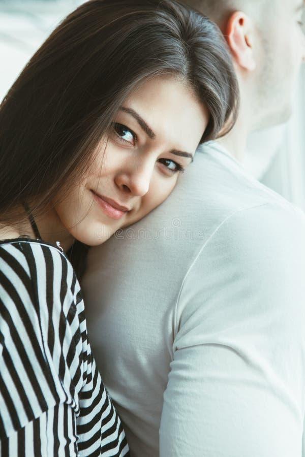 mooie romantische jonge Kaukasische paarman vrouw in liefde het koesteren stock foto