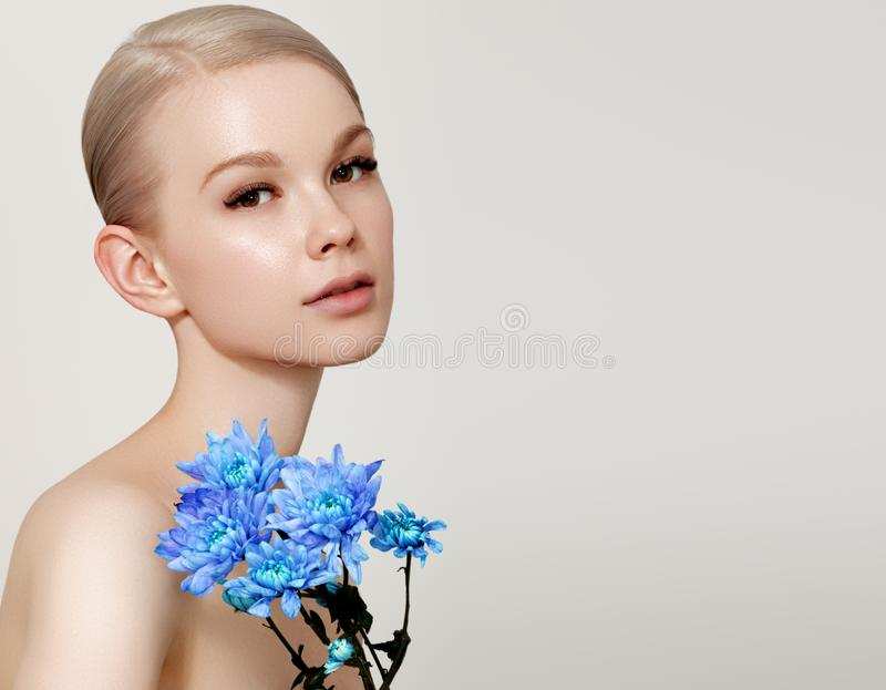 Mooie romantische jonge vrouw in een kroon van bloemen die op een achtergrond stellen Inspiratie van de lente en de zomer Parfum royalty-vrije stock foto