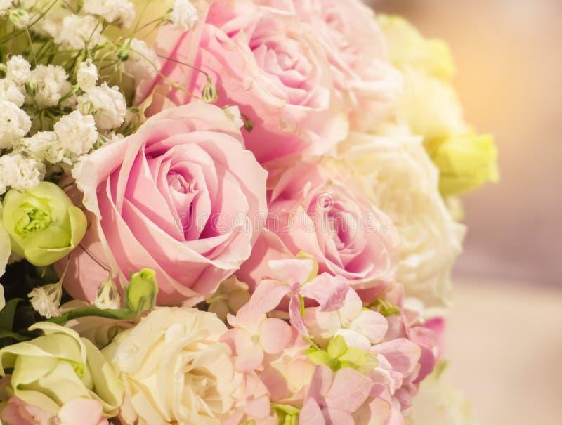 Mooie Romantische Roze Rose Pattern in het Grote Boeket van Bloemenvaas met Oranje Zon Lichte Schaduw bij de Hoek voor Binnenland stock foto's