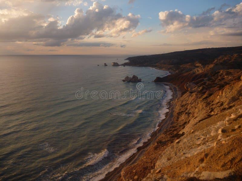Mooie romantische zonsondergang bij een rotsachtige kust stock foto's