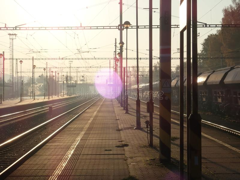 Mooie romantische zonsopgang bij een station stock foto's