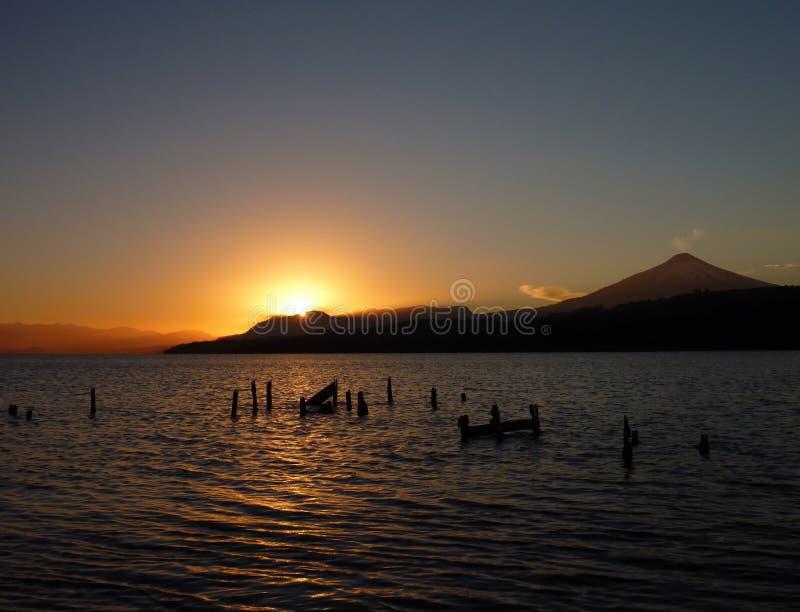 Mooie romantische zonsopgang bij lagovillarica in Chili royalty-vrije stock foto's