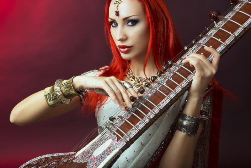 Mooie Roodharigevrouw in Indische Sari met Oosterse Juwelen Pla stock foto