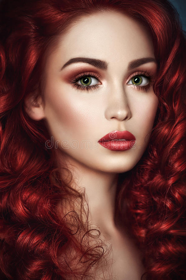 Mooie roodharigevrouw met golvend haar royalty-vrije stock fotografie