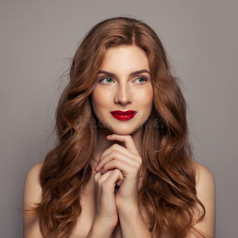 Mooie roodharigevrouw met groen ogen en gemberhaar, het portret van het schoonheidsgezicht stock afbeeldingen