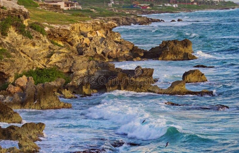 Mooie rotsen bij zonsopgang in de Caraïben royalty-vrije stock foto's