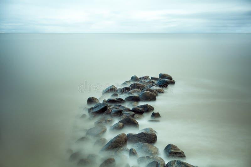 Mooie rotsen in het overzees stock foto