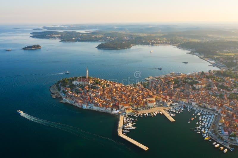 Mooie Rovinj bij zonsopgang Lucht Foto De oude stad van Rovinj, Istria, Kroati? royalty-vrije stock foto