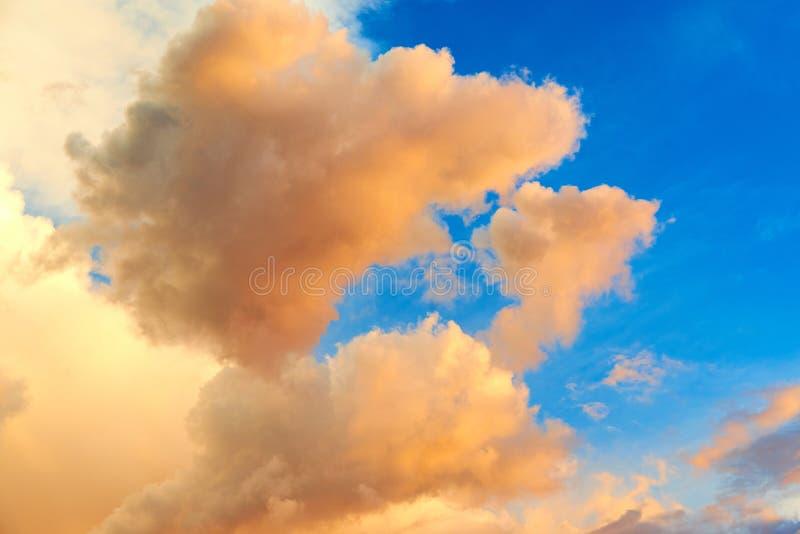 Mooie roze bewolkte hemelachtergrond royalty-vrije stock foto