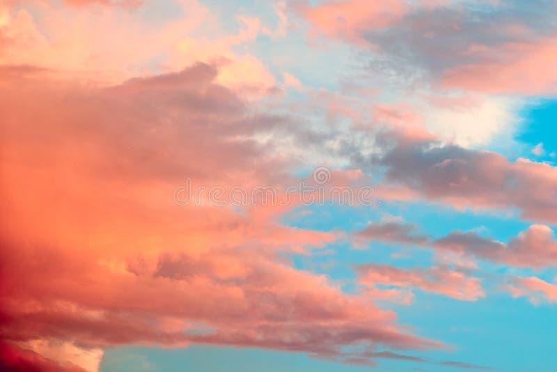 Mooie roze bewolkte hemelachtergrond stock afbeelding